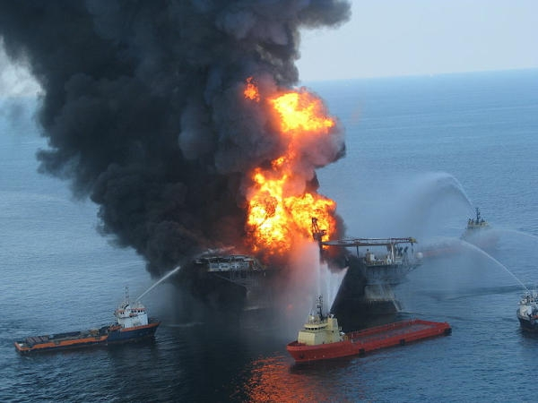 800px-Deepwater_Horizon_offshore_drilling_unit_on_fire_2010-a