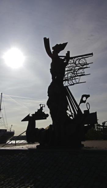 Bild 21 Stralsund -Skulptur am Hafen