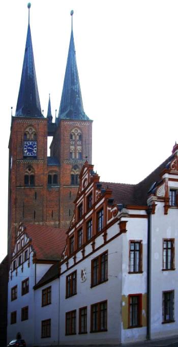 Bild 7 Stendal -Rathaus und Kirche innin vereint