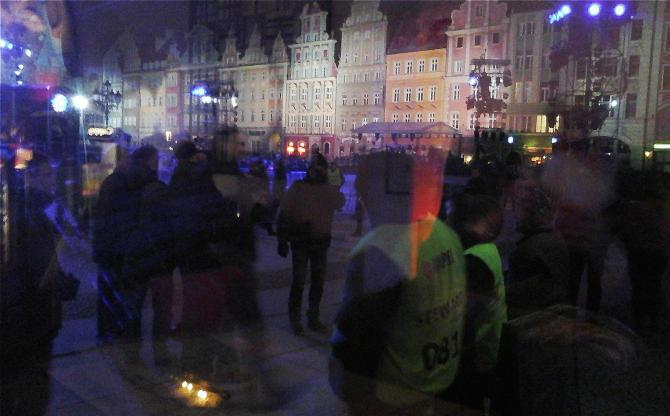 Blick durch en Fenster auf den Breslauer Rynek-670