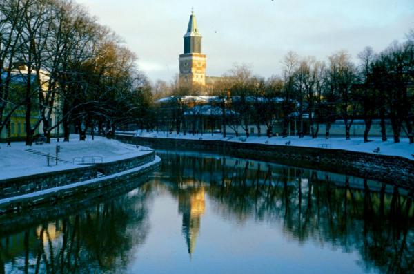 Finnland Turku Dom Wasserspiegelung-600