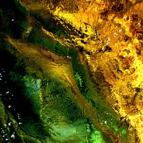 Goldgrünes Wasser