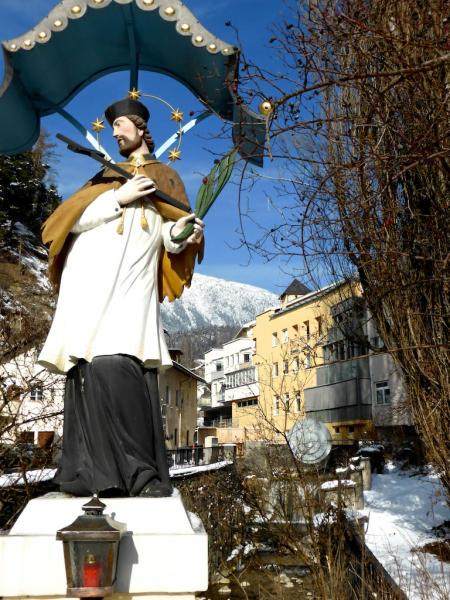 Oesterreich Imst Heiliger Nepomuk und Sonnenbrunnen_Foto_Elke_Backert