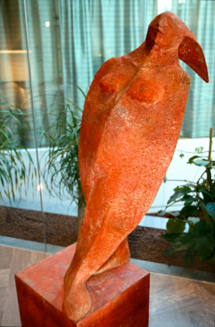 Wilhelm_Senoner_Skulptur_Schwalbenschwanzhinterkopf_Hotel_for_Friends_Moesern_2014_07_16_Foto_Elke_Backert (1)-430