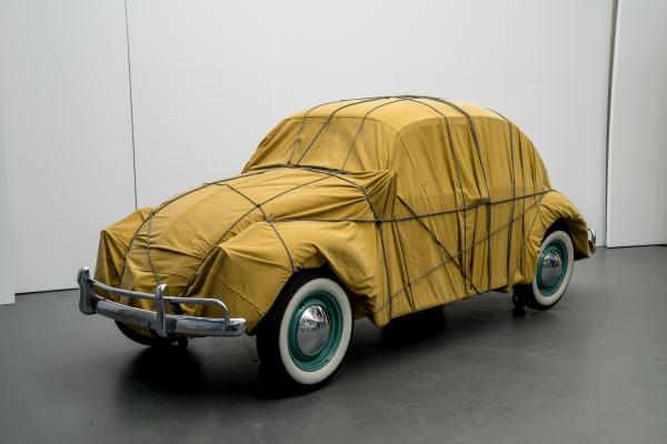 Christo Wrapped Beetle 1963 (Objekt 2014), 1963 / 2014 Auto, Stoff, Seile 150 x 158,5 x 414 cm